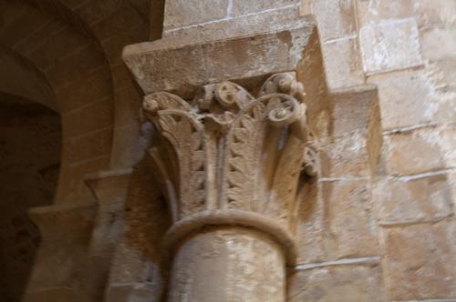 Capitel con adorno vegetal de la iglesia de Sacramenia